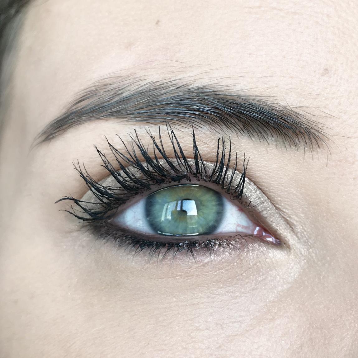 Occhio dopo l'applicazione del mascara Occhioni Neve Cosmetics