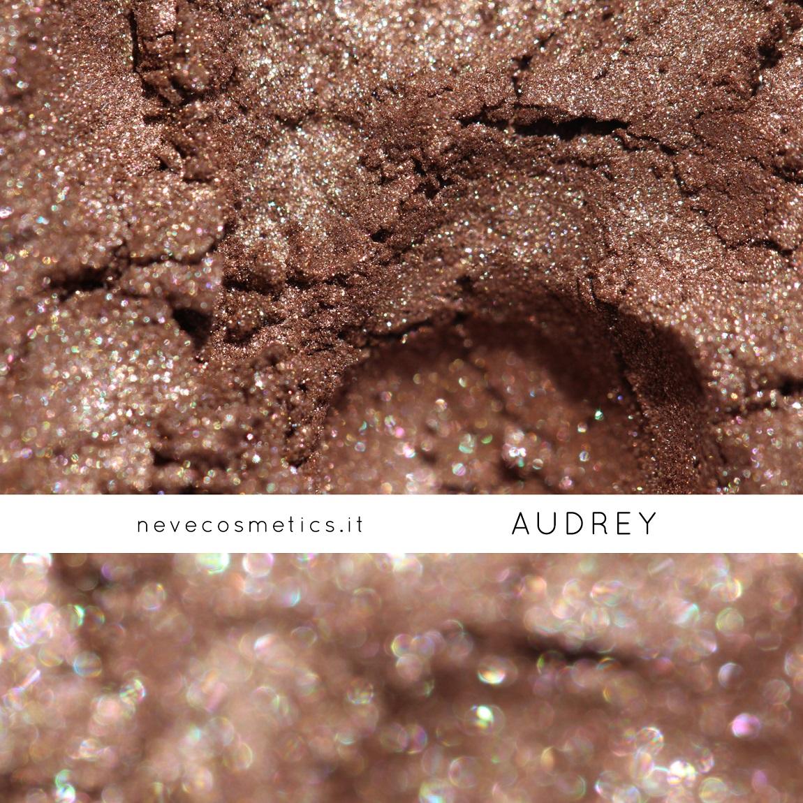 Swatch di Audrey, un luminoso ombretto minerale nocciola