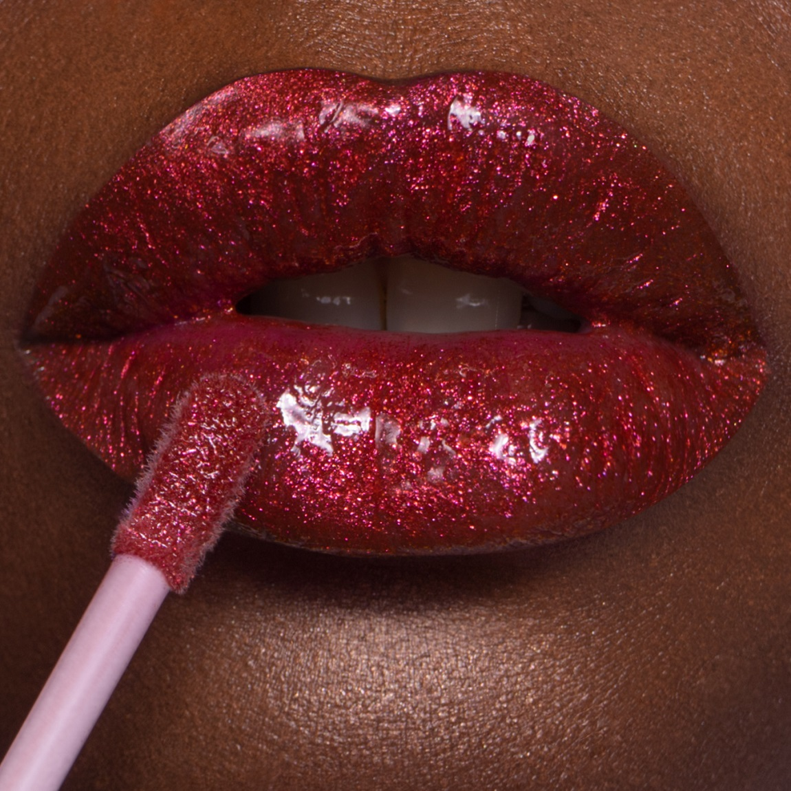 The gloss Vernissage in the Life on Mars coloring is a copper with fuchsia reflections that lights the lips of a thousand glows.